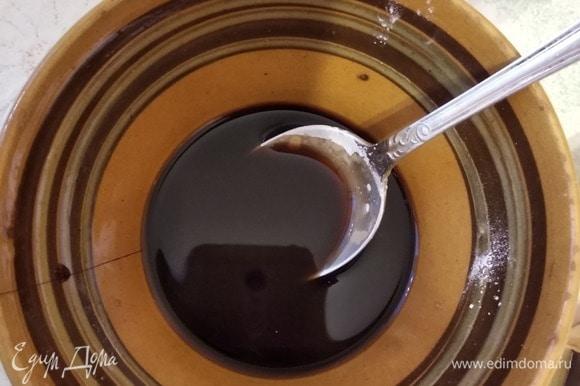 Все ингредиенты для соуса тоже смешиваем заранее и добавляем соус к овощам в самом конце. Перемешиваем и даем соусу загустеть 1–2 минуты. В течение всего процесса не перестаем перемешивать овощи. Подаем, посыпав обжаренным кунжутом. Приятного аппетита!