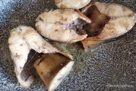 Рыбу вынуть из маринада, обсушить бумажными полотенцами и обжарить в сливочном масле по 2–3 минуты с каждой стороны.