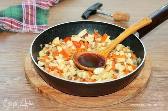 К пассеровке выкладываем грибы, добавляем вино и готовим минут 5.