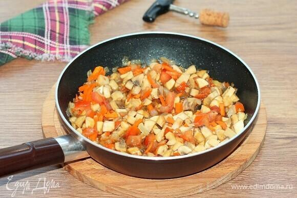Кладем помидоры и сладкий перец, добавляем соевый соус и тушим минуты 3.