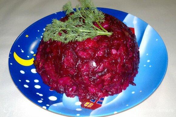 Перевернуть миску с салатом на плоское блюдо. Украсить свежим укропом и подать к столу. Приятного аппетита! С наступающим Новым годом!