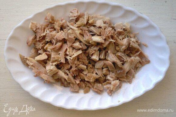 Отварное куриное мясо нарезать мелкими кубиками.