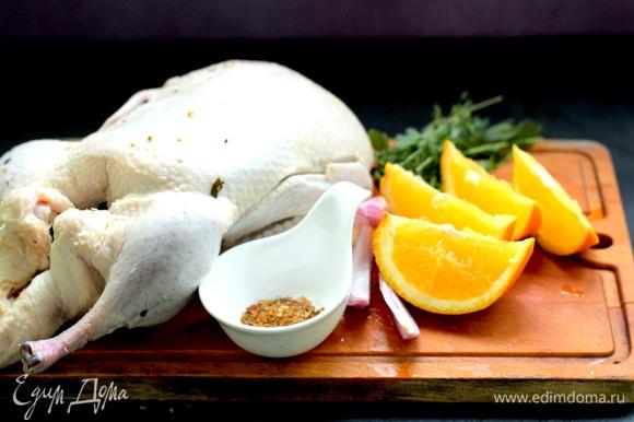 Специи — в порошок, нарезать половину луковицы и апельсина, промыть зелень. Утку обсушить от соленой воды.