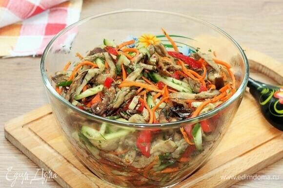 Пробуем на вкус. Даем салату немного времени (минут 10) под крышкой настояться и охладиться.
