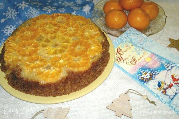 Пирог аккуратно перевернуть на блюдо и освободить от бумаги.