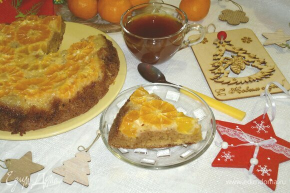 Разрезать пирог на порции и подать к чаю или кофе. Приятного аппетита! С наступающим Новым годом!