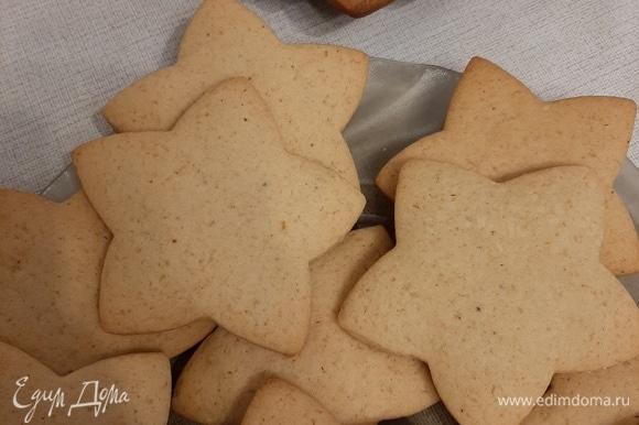 Выпекать при 180°С 15–20 минут, до золотистого цвета. После выпекания печенье можно сразу есть, но, если душа требует праздника, можно расписать его глазурью.