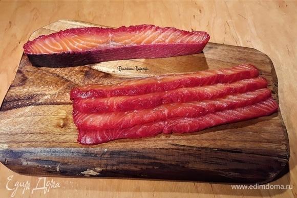Нарежьте гравлакс тонкими ломтиками. Сочная и нежная — такая рыба будет таять во рту!
