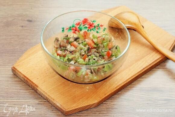 Для начинки смешиваем подготовленные овощи (прессованный чеснок, перец и помидор) с укропом (1/2 часть) и грибами с луком (3 ст. л.), солим и перчим.