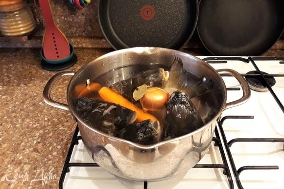Приготовим бульон для заливного из суповых частей рыбы. У меня в морозилке всегда присутствуют рыбные головы, так как очень любим карпа. Рыбу готовлю в духовке, а головы складываю в морозильную камеру для супа или заливного. Головы разморозить, морковь почистить. Сложить все ингредиенты для бульона в кастрюльку, отварить до готовности.