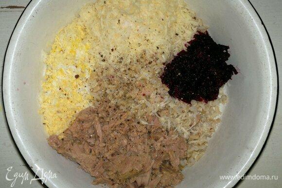 В миске соединить отварной рис, тунца, яйца, сыр, свеклу и лук. По вкусу посолить, поперчить, перемешать.