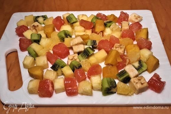 Мякоть фруктов нарежьте на кубики.