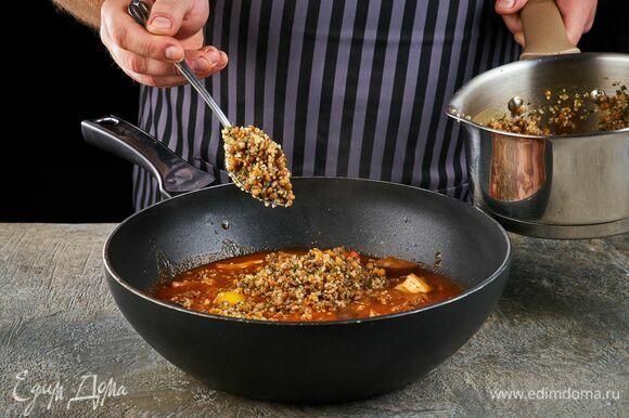 Слейте воду и добавьте смесь к мясу с овощами. Потушите еще пять минут.