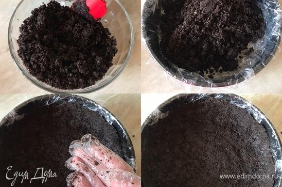 Пересыпать крошку в миску, добавить растопленное масло и хорошо перемешать. Переложить массу в форму и хорошо утрамбовать. Отправить форму с коржом в холодильник на 10–15 мин.