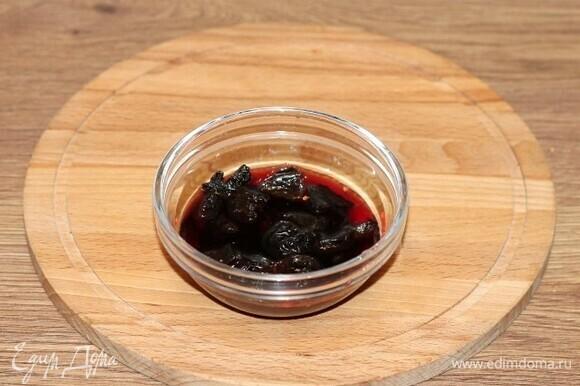 Выложить чернослив в маленькую миску и залить вином (4–5 ст. л.).