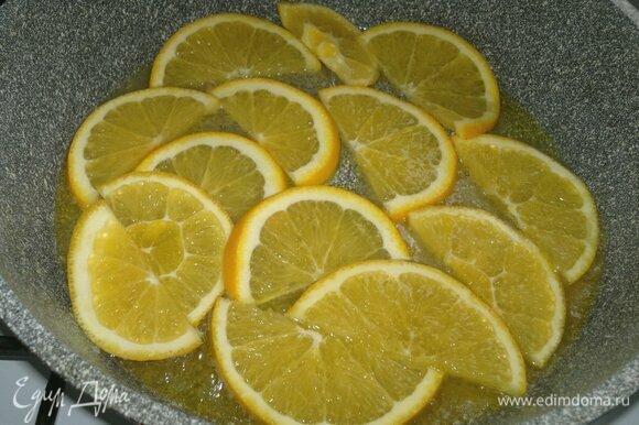 Выложить в сковороду дольки апельсина и потушить на медленном огне 8–10 мин. Остудить в сковороде до комнатной температуры.