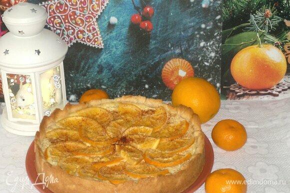 Остывший пирог аккуратно вытащить из формы и выложить на блюдо. Подать пирог к новогоднему столу.
