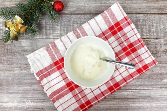 Молоко нагреваем до 40°C, добавляем дрожжи и сахар. Хорошо размешиваем и оставляем на 10–15 минут для активации. Должна появиться хорошая шапочка. Если ее нет, смените дрожжи!