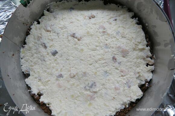 Полученную массу выложить на хлеб, разровнять, убрать в холодильник минимум на 2 часа.