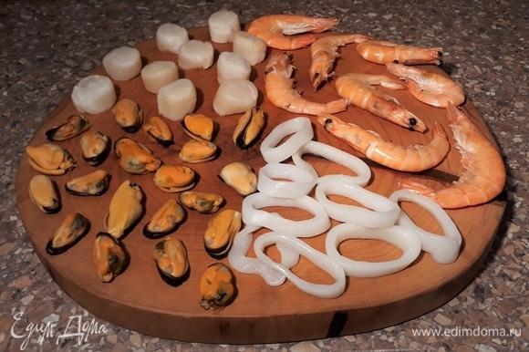 Морепродукты разморозить. Креветки очистить от панциря и убрать кишечную вену, у мидий убираю «бороду», чтобы хорошо жевались.