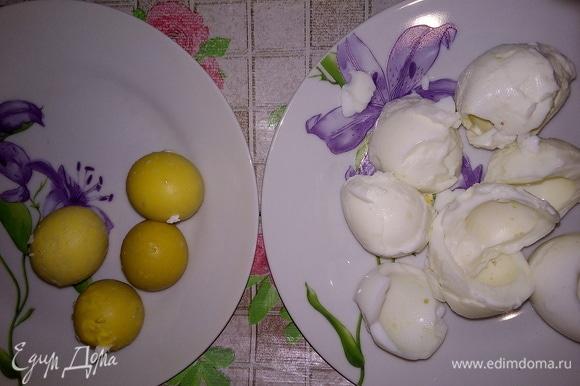 Сварить яйца. Очистить. Отделить белки от желтков.