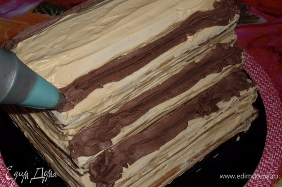 Вынимаем из холодильника медовый торт-крышу. Наносим оставшийся шоколадный крем.