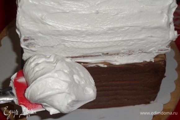 Лопаткой наносим белковый крем на крышу избушки со всех сторон.