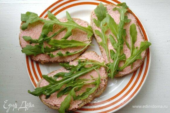 Руколу вымыть, обсушить. На каждый тост с икрой выложить несколько листьев руколы.