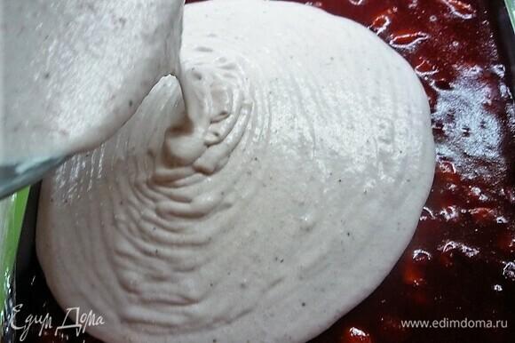 Сборка пирожных в квадратной форме 25 х 25 см. На нее кладем клубничный бисквит, далее выкладываем клубничное компоте, поверх компоте выливаем мусс. Убираем в морозилку на 8 часов, а лучше на ночь.
