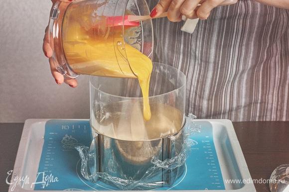 Вылить начинку из манго. Дать постоять в морозилке минут 30, чтобы слой схватился.