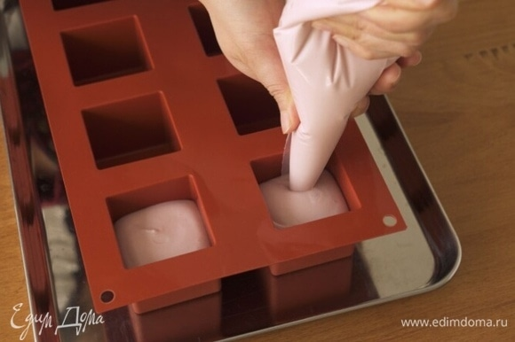 Возьмите квадратные силиконовые формы со стороной 5 см и заполните четыре формы малиновой массой на 80% каждую.