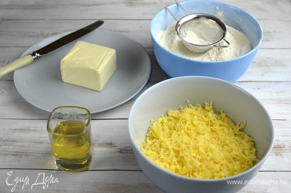 Сырное печенье. Сливочное масло должно быть размягченным. В отдельной миске смешиваем просеянную муку, крахмал и соль. Натираем сыр чеддер с помощью начадки-терки кухонной машины Kenwood или на обычной терке.