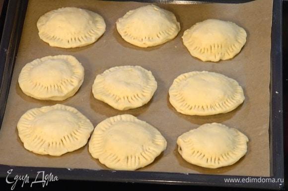 Раскатать тесто в не слишком тонкий пласт, вырезать из него кружки, на один кружок выложить джем, накрыть вторым кружком теста, скрепить края и слегка прижать их вилкой.