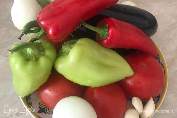 Подготовить все нужные нам ингредиенты. Лучше все овощи сразу нарезать, так будет удобней готовить. Лук и чеснок нарезать мелко, а все остальные овощи нарезать крупными кубиками.