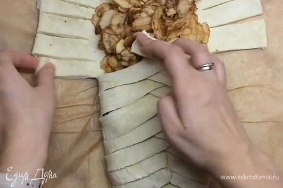 Делаем надрезы ножом, чтобы получились полосочки, и собираем плетенку.