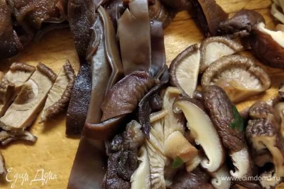 Замочить грибы шиитаке и муэр в холодной воде на 40 минут. Нарезать. Отварить минут 20. Воду не выливать.
