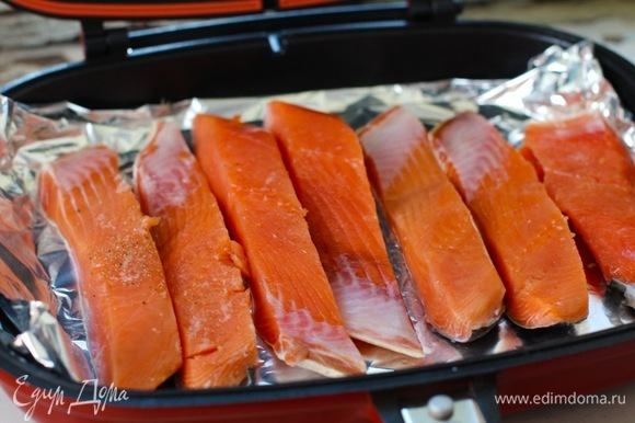 Нарезать рыбу порционно, посолить и поперчить. Укладываем рыбу кожей вниз на фольгу.