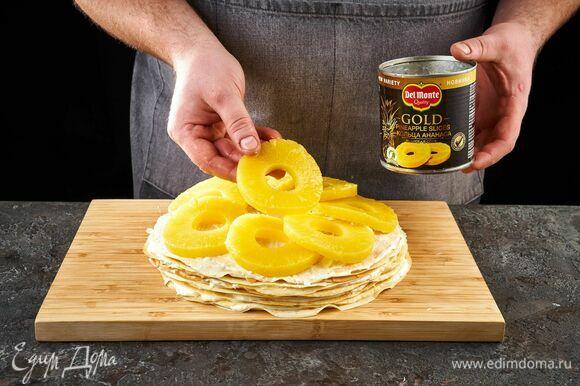 Самый верхний слой тоже смажьте кремом и выложите кольцами ананаса Del Monte Gold.