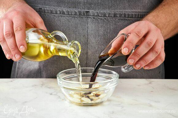 Приготовьте соус. В чаше смешайте нарезанный тонкими слайсами чеснок, оливковое масло и соевый соус.