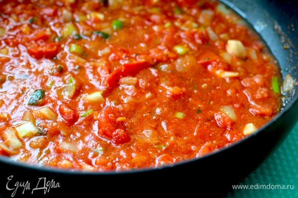 Нашинковать луковицу, обжарить до прозрачности. Помидоры пробить блендером или измельчить ножом. Шкурку можно не убирать, она здесь не чувствуется. Добавить помидоры к луку, обжарить. Посыпать прованскими травами, посолить, добавить томатный соус или томатную пасту. Тушить все 10 минут.