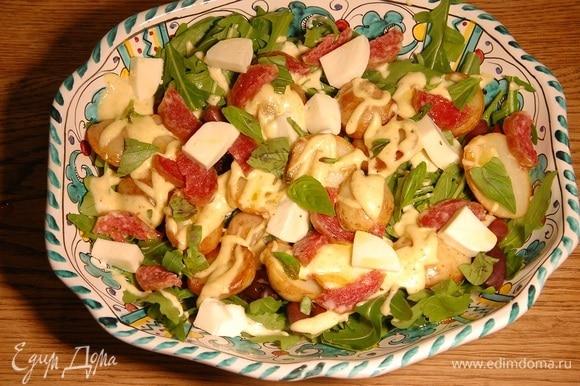 Базилик порвать руками и посыпать салат.