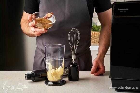 Размягченное сливочное масло взбейте с сахаром с помощью венчика в стакане блендера.