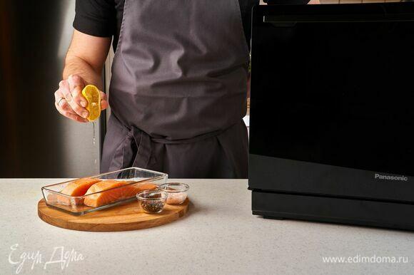 Филе лосося промойте, обсушите бумажным полотенцем. Посолите, поперчите, сбрызните лимонным соком.
