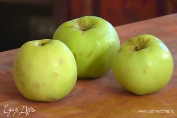 Яблоко мелко нарезать и полить лимонным соком.