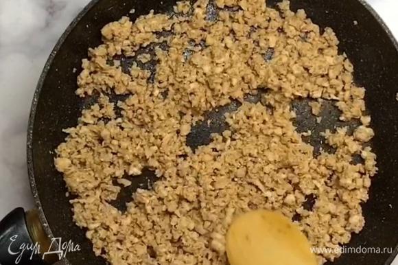 Жарим на сковороде с маслом несколько минут. Не зажариваем, чтобы фарш остался сочным. Сыр нарезаем на брусочки.