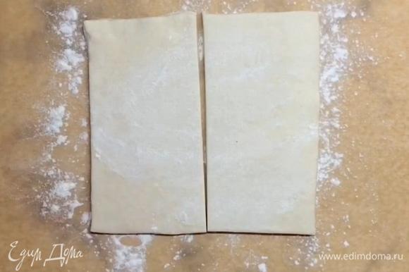 Берем первый лист теста (250 г) и делим на два кусочка. Первый кусочек раскатываем так, чтобы получился прямоугольник около 15–17 см в ширину.