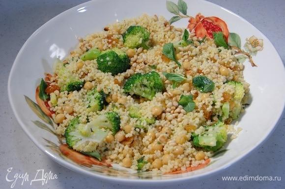 Салат посыпать кедровыми орехами, порванной руками мятой и сбрызнуть оставшимся оливковым маслом.
