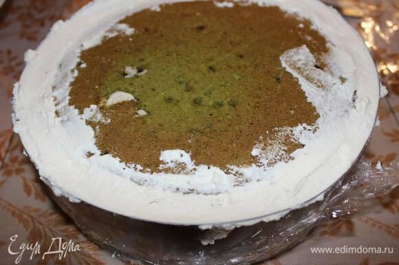 Выложите оставшуюся часть мусса и уложите дакуаз (пралине к муссу), а затем утопите его в муссе и закройте оставшиеся щелочки муссом. Переверните антреме на блюдо и поставьте в морозилку на ночь.