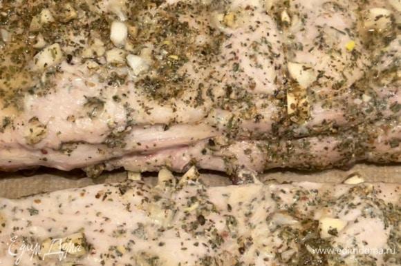 За два часа до приготовления достаем ребра из холодильника. Разогреваем духовку до 220°C, выкладываем ребра, прикрываем сверху фольгой и запекаем 40–50 минут в зависимости от их толщины. По истечении времени вынимаем ребра, снимаем фольгу.