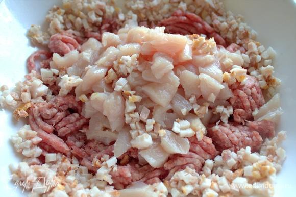 Бекон или шпик мелко нарезать, филе — крупнее, фарш размять.